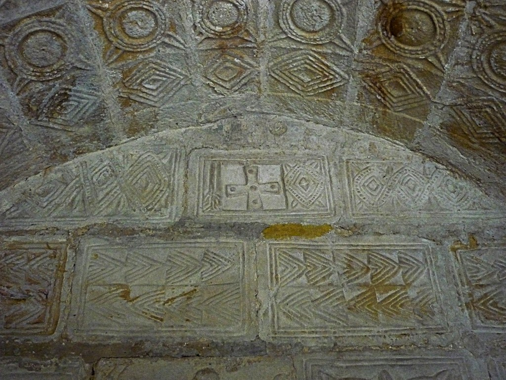 01 CANGAS DE ONÍS. Colegiata de San Fernando, en Covadonga (48) IZDO (Copiar)Cruz griega junto a un rombo y una rama.