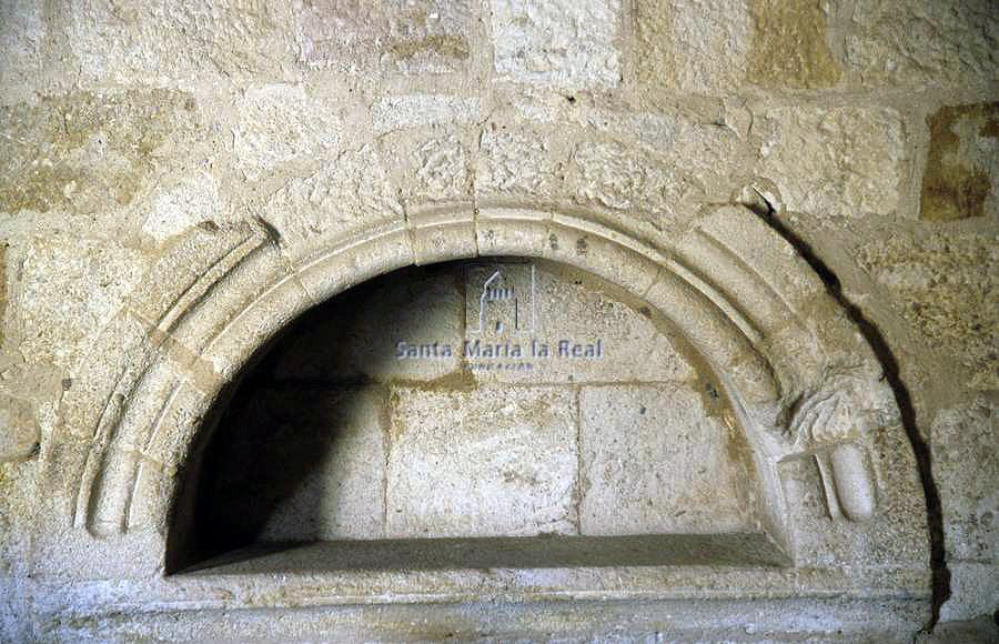 01 Iglesia de Sancti Spíritus, Arcosolio románico en el muro septentrional