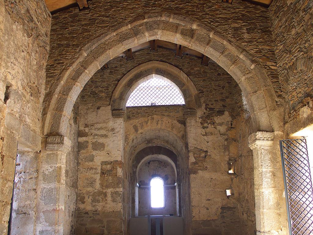 1024px-Basílica_de_Santa_Lucía_del_Trampal._Coro_y_Aula