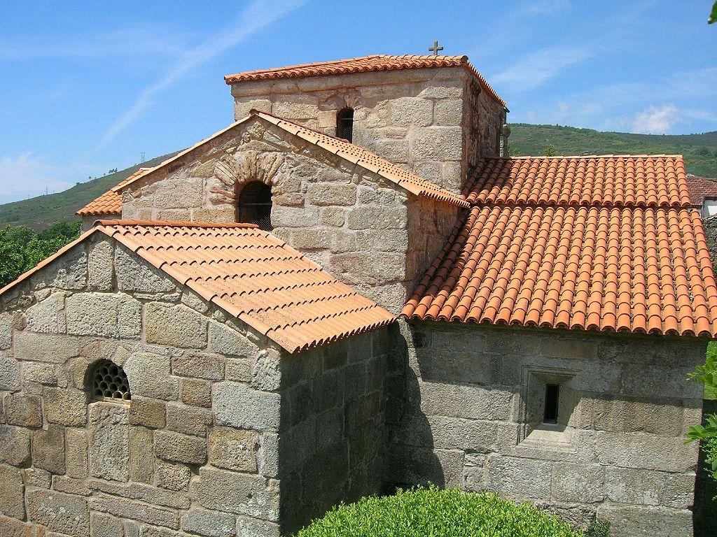 1024px-Iglesia_de_Santa_Comba_de_Bande1