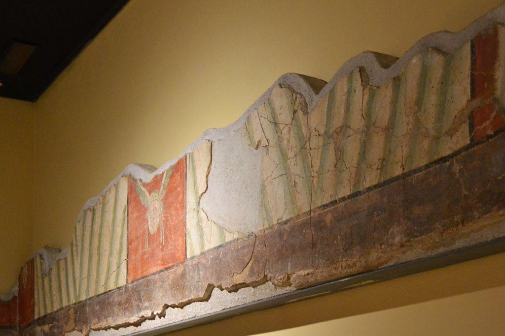 Cripta_arqueològica_de_la_presó_de_Sant_Vicent_Màrtir,_sòcol_amb_pintura_mural_romana