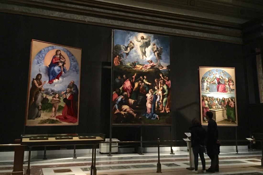 La imagen tiene un atributo ALT vacío; su nombre de archivo es vatican-museums-pinacoteca-raphael-tryptic.jpg