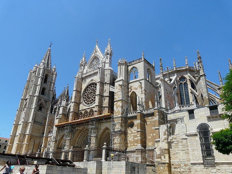 La imagen tiene un atributo ALT vacío; su nombre de archivo es 800px-fachada_sur_catedral_de_lec3b3n_puerta-obispo.jpg