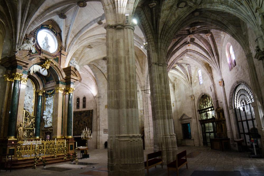 La imagen tiene un atributo ALT vacío; su nombre de archivo es catedral-de-cuenca-girola.jpg