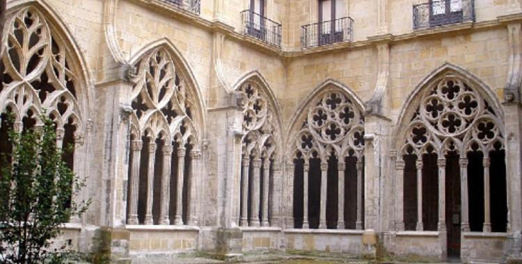 La imagen tiene un atributo ALT vacío; su nombre de archivo es claustro-catedral.jpg