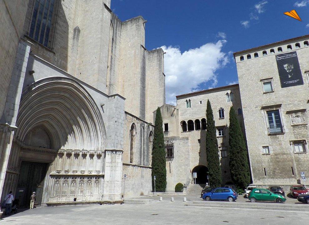 La imagen tiene un atributo ALT vacío; su nombre de archivo es plaza_de_los_apostoles_y_puerta_lateral_de_la__catedral_de_gerona.jpg